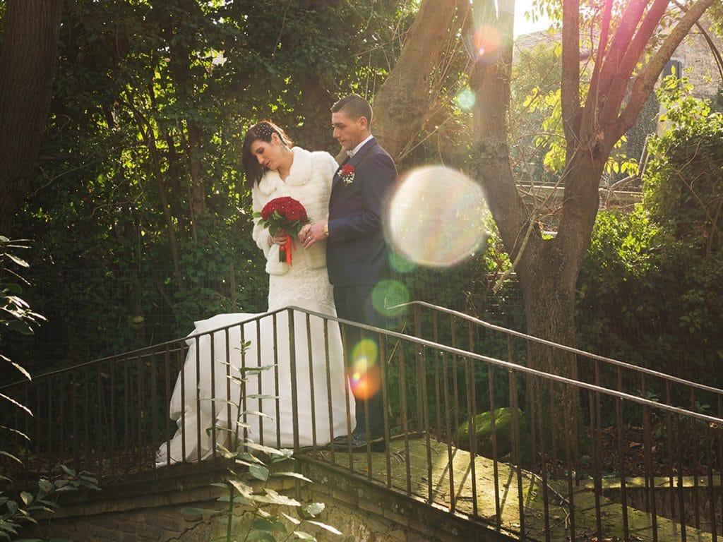 Foto sposi in villa sopra al ponticello con riflessi di luce