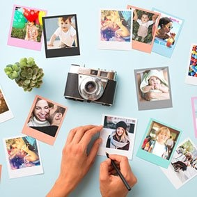 Foto con polaroid, macchina fotografica e mano che scrive dedica sulla foto.