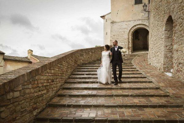sposi che scendono da una scalinata