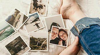 foto polaroid appoggiate sul tetto vicino tra lenzuola e piedi